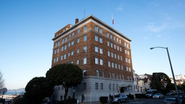 People walk past the Consulate-General of Russia in San Francisco, California on December 29, 2016 - Sputnik Italia