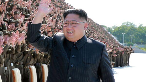 Il leader nordcoreano Kim Jong-un con i militari a Pyongyang, Corea del Nord. - Sputnik Italia