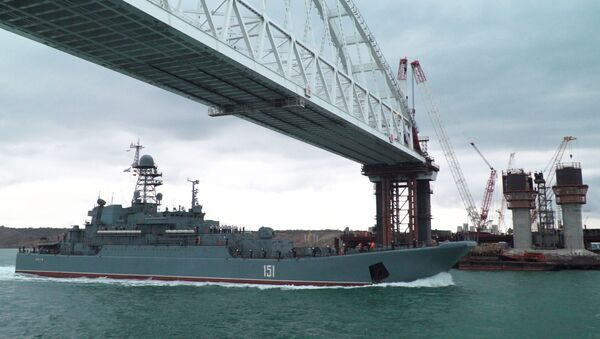 Большой десантный корабль Черноморского флота Азов выполняет переход по Керченскому проливу - Sputnik Italia