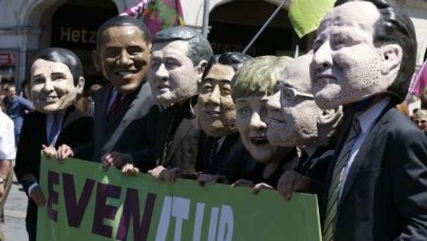 Маски с лицами политиков во время акции протеста против предстоящего саммита G-7 в Мюнхене - Sputnik Italia