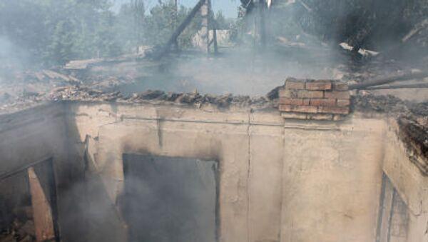 Una casa distrutta dal bombardamento del quartiere Oktjabrskij a Donetsk - Sputnik Italia