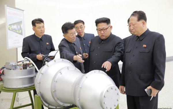 Kim ispeziona un nuovo missile - Sputnik Italia