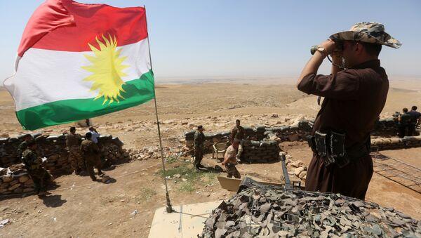 Sventola la bandiera del Kurdistan iracheno tra i peshmerga curdi in lotta contro l'ISIS nel nord dell'Iraq - Sputnik Italia