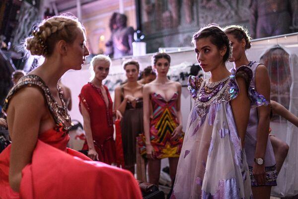 Modelle prima dell'inizio dell' Etno Art Fest 2017 a Mosca. - Sputnik Italia