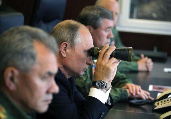 Il presidente russo Vladimir Putin alle manovre di Russia e Bielorussia ZAPAD-2017. - Sputnik Italia