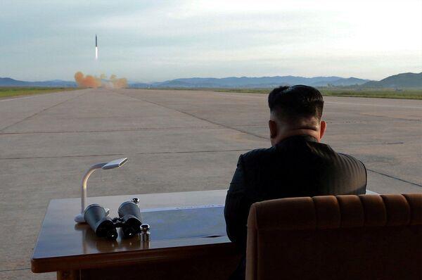 Il leader nordcoreano Kim Jong Un osserva il lancio del missile Hwasong-12. - Sputnik Italia