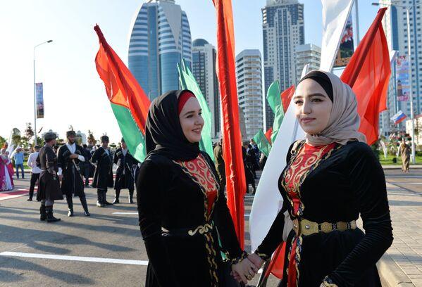 All'apertura del parco dei fiori vicino al complesso Grozny City a Grozny, Russia, per la giornata della donna cecena. - Sputnik Italia