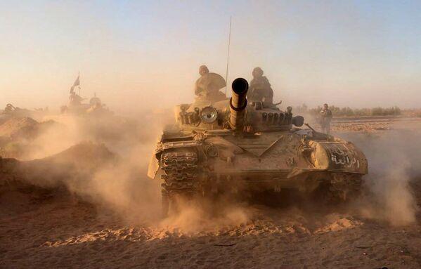 I carri armati dell'esercito siriano nei pressi di Deir-ez-Zor. - Sputnik Italia