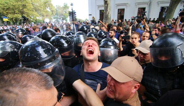 Gli scontri con la polizia durante le manifestazioni per le dimissioni del sindaco di Odessa, Ucraina. - Sputnik Italia