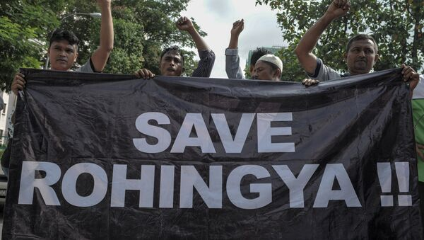 Ethnic Rohingya refugees from Myanmar residing in Malaysia hold a banner during a protest outside the Myanmar embassy in Kuala Lumpur on May 21, 2015 - Sputnik Italia