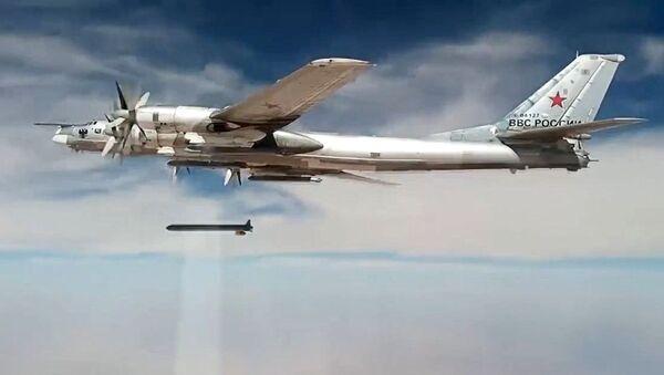 Стратегический бомбардировщик-ракетоносец Ту-95МС наносит удары крылатыми ракетами Х-101 по объектам террористов в Сирии - Sputnik Italia
