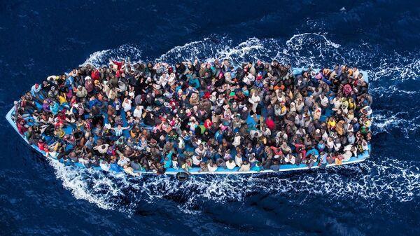 Una barca di migranti - Sputnik Italia