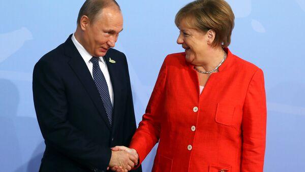 German Chancellor Angela Merkel greets Russian President Vladimir Putin as he arrives for the G20 leaders summit in Hamburg, Germany July 7, 2017 - Sputnik Italia