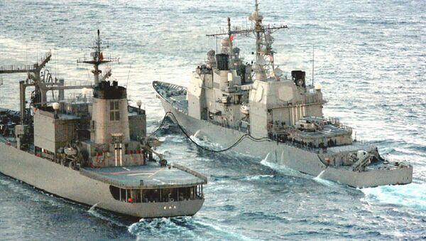 USS guided missile cruiser Bunker Hill being refueled - Sputnik Italia