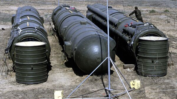 A bundle of three Soviet RSD-10 missiles prepared for demolition at the Kapustin Yar launch site. The missiles were destroyed in accordance with the INF Treaty. - Sputnik Italia