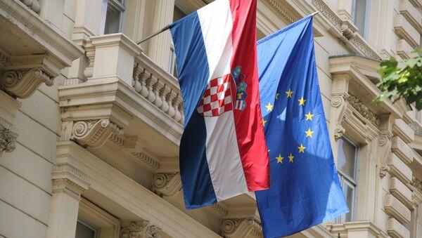 Bandiera della Croazia accanto a quella dell'UE - Sputnik Italia