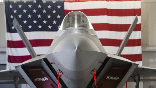 A US Air Force Lockheed Martin F-22 Raptor stealth fighter aircraft is parked inside a hangar - Sputnik Italia