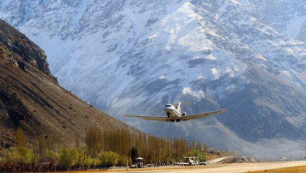 Un aereo atterra all'aeroporto di Khorog in Tagikistan il 1° luglio 1988 - Sputnik Italia