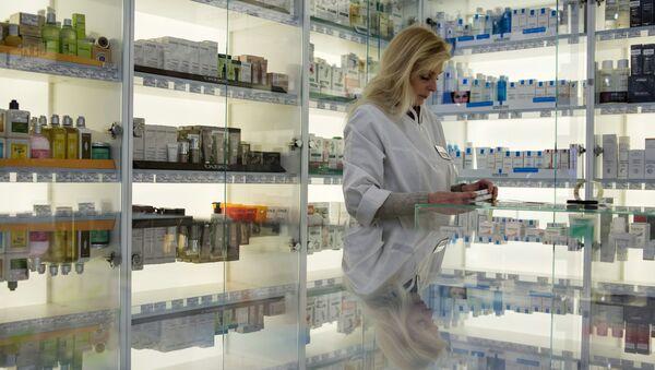 Una collaboratrice di una farmacia a Mosca. - Sputnik Italia