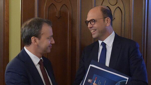 Il ministro degli Esteri italiano Angelino Alfano ed il vice premier russo Arkady Dvorkovich - Sputnik Italia