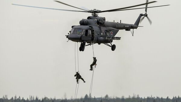 Troops land from a Mi-8AMTSh helicopter during a show at the ARMY 2015 International Military-Technical Forum held outside Moscow - Sputnik Italia