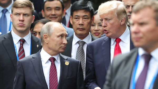 Russian President Vladimir Putin and US President Donald Trump are seen here ahead of the first working meeting of the Asia-Pacific Economic Cooperation leaders - Sputnik Italia