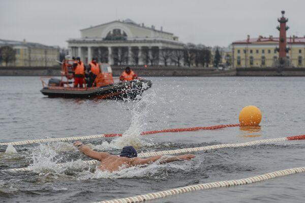 A San Pietroburgo si è aperta la stagione dei bagni... nell'acqua gelata - Sputnik Italia