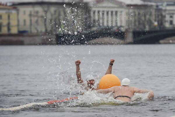 A San Pietroburgo si è aperta la stagione dei bagni... nell'acqua gelata. - Sputnik Italia