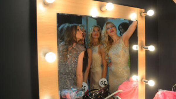 Partecipanti al concorso di bellezza Miss Mosca 2015 fanno un selfie - Sputnik Italia