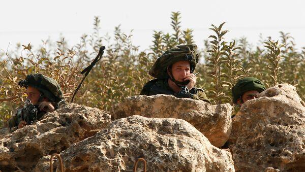 Soldati israeli visti da un villaggio alla frontiera con il Libano. - Sputnik Italia