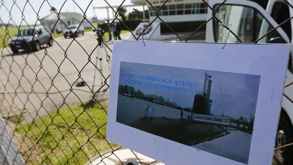 A picture of the Argentine submarine ARA San Juan written in Spanish Come on steel men. We will wait for you at home hangs from the fence at the Navel base in Mar del Plata, Argentina, Sunday, Nov. 19, 2017 - Sputnik Italia