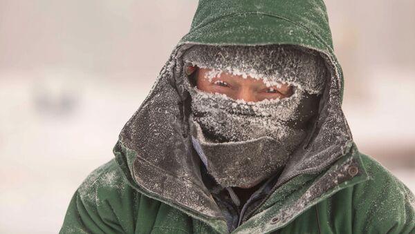 Un abitante di Nefteyugansk, dove il termometro è sceso a -62° C - Sputnik Italia