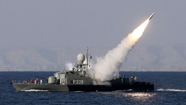 Iranian navy fires a Mehrab missile during the Velayat-90 naval wargames in the Strait of Hormuz in southern Iran (file) - Sputnik Italia
