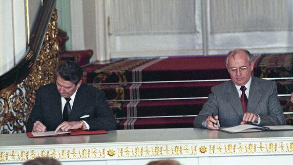 Reagan e Gorbachev firmano il trattato di non proliferazione - Sputnik Italia