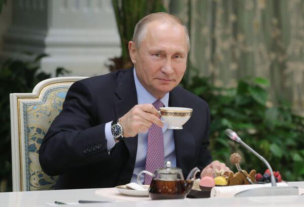 Il presidente russo Vladimir Putin incontra i vincitori del concorso La famiglia dell'anno. - Sputnik Italia