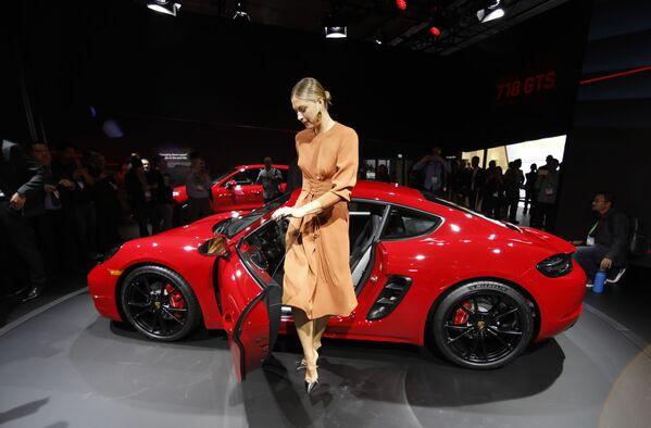 La tennista russa Maria Sharapova sta vicino alla Porsche 718 Cayman GTS allo Show Auto a Los Angeles, USA. - Sputnik Italia