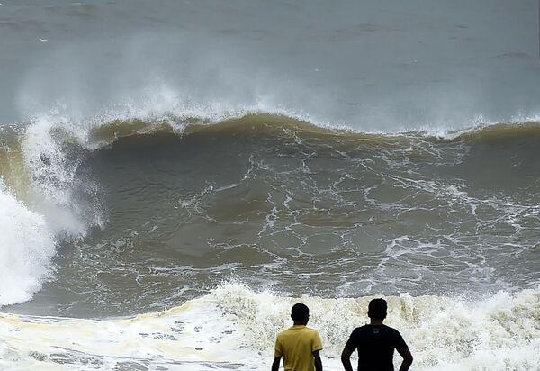 Delle onde alte alla costa di Colombo, Sri Lanka. - Sputnik Italia