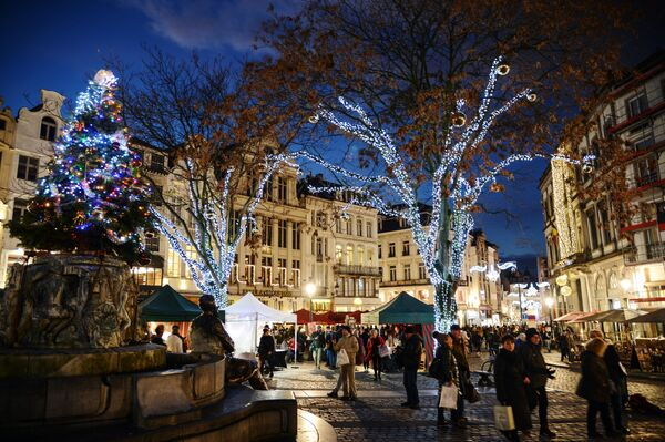 Passanti al mercantino di Natale a Bruxelles. - Sputnik Italia