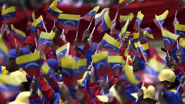 People wave Venezuelan flags during a parade marking 200 years of Venezuela's independence in Caracas, Venezuela, Tuesday July 5, 2011. - Sputnik Italia