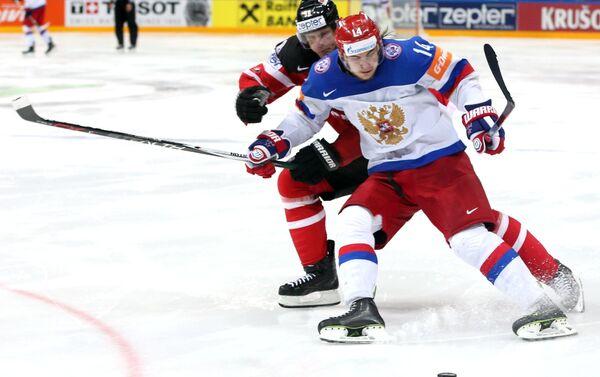 Un duello nella finale dei campionati mondiali di hockey 2015 tra Canada e Russia - Sputnik Italia