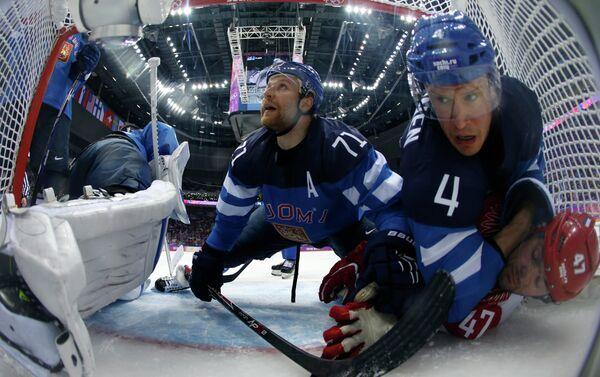 I giocatori finlandesi Komarov e Vaanen contrastano Alexander Radulov nei quarti di finale tra Russia e Finlandia a Sochi 2014. - Sputnik Italia