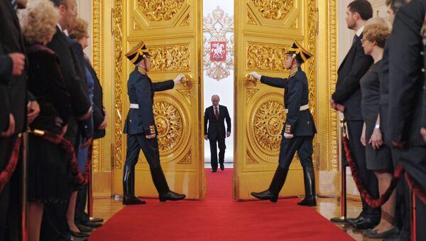 7 maggio 2012, Vladimir Putin entra al Cremlino nella sala dove pronuncierà il giuramento - Sputnik Italia