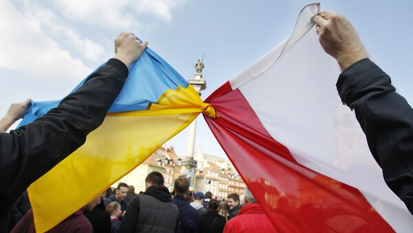 People hold tied Polish, right, and Ukrainian flags during a demonstration supporting the opposition movement in Ukraine, in Warsaw, Poland, Sunday, Feb. 23, 2014 - Sputnik Italia