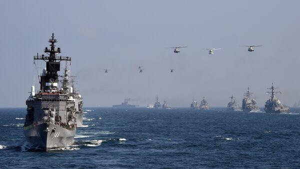 Japan's Maritime Self-Defense Force (MSDF) escort ship Kurama (L) takes part in a fleet review off Sagami Bay, Kanagawa prefecture (File) - Sputnik Italia