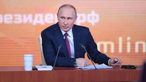 Президент РФ Владимир Путин во время большой ежегодной пресс-конференции - Sputnik Italia
