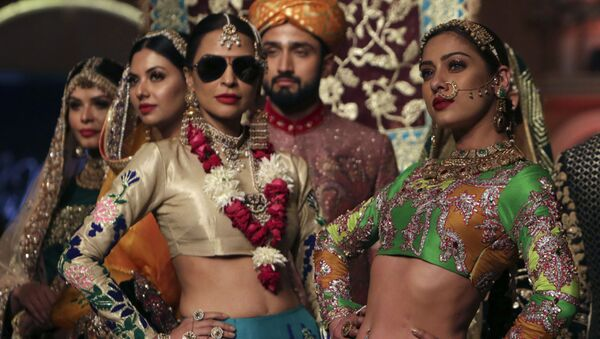 Modelle durante la sfilata di Ali Xeeshan alla Pantene Hum Bridal Couture Week a Lahore, Pakistan. - Sputnik Italia