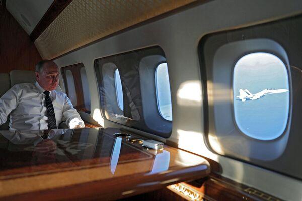 Il presidente russo Vladimir Putin a bordo dell'aereo presidenziale durante il volo alla base Hmeimim in Siria. - Sputnik Italia