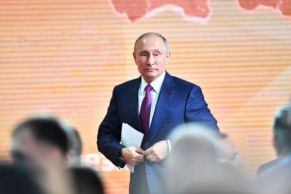 Il presidente russo Vladimir Putin dopo la grande conferenza stampa annuale. - Sputnik Italia