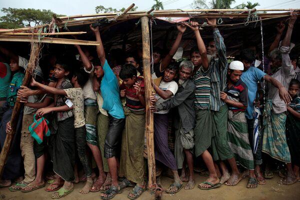 Rifugiati Rohingya fanno la fila per avere le coperte nel campo di Balukhali, Bangladesh. - Sputnik Italia