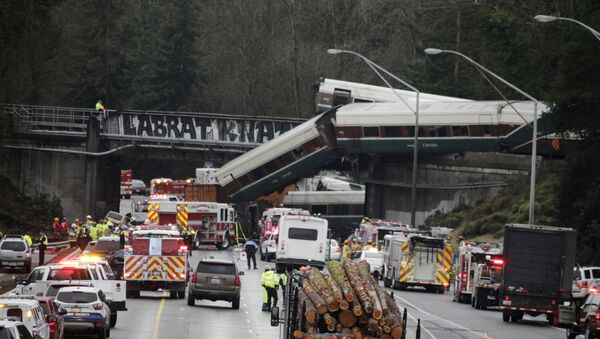 A derailed train is seen on southbound Interstate 5 on Monday, Dec. 18, 2017, in DuPont, Wash - Sputnik Italia